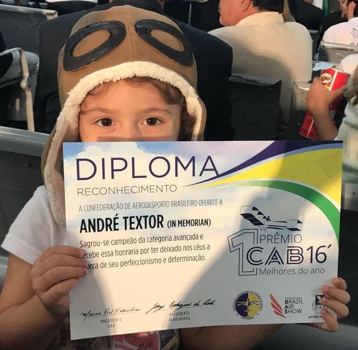 Filha de André Textor com o diploma do pai.
